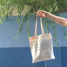 크기 | 44.5(가로)x40(세로)x27(끈길이)cm 소재 | 텐셀 / 실크스크린 인쇄 실크스크린 작업으로 메시지를 찍어낸 PLAIN BAG은 물건의 비침 없이 도톰한 데일리 백입니다.
