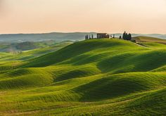 Toscanas bølgende landskab er en helt fantastisk oplevelse - og så er der altså ikke langt til dejlige Italien!