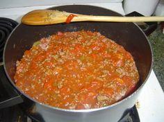 Томатная паста с сельдереем Ингредиенты помидоры - один килограмм корень сельдерея - 250 грамм яблоки кисло-сладкие - один килограмм лук репчатый - 250 грамм соль - 80-90 грамм сахар - 30-50 грамм перец красный молотый - 10 грамм корица молотая - 15 грамм перец черный молотый - 2-3 грамм гвоздика молотая - 3-4 грамм