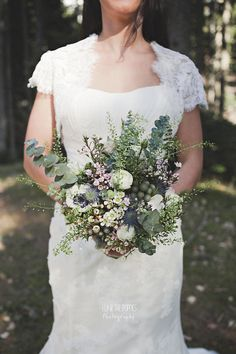 Ela and the Poppies - Un mariage en hiver a Chamrousse - La mariee aux pieds nus Bridesmaid Bouquet, Wedding Bouquets, Wedding Dresses, Bridesmaids, Floral Wedding, Wedding Flowers, Poppy Photography, Eucalyptus Bouquet, Love And Marriage
