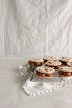 Biscuit succès, ganache chocolat noisette, coeur caramel