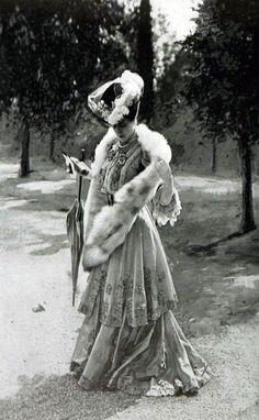 La Belle Epoque - French Fashions Something quite elegant about her. Retro Mode, Mode Vintage, Vintage Ladies, Belle Epoque, Historical Costume, Historical Clothing, Edwardian Fashion, Vintage Fashion, Edwardian Era