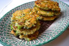 Broccoli-kaaskoekjes Vegetable Snacks, Vegetable Recipes, Vegetarian Recipes, Healthy Recipes, Healthy Finger Foods, Healthy Food, Savoury Baking, Creative Food, Clean Recipes