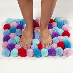 Pompomeista valmistettu pehmoinen matto