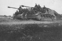Posando para la foto sobre un par de Panzerjäger Hornisse - Nashorn, en algún lugar del frente del Este.