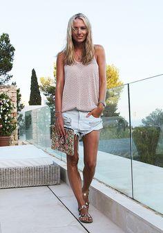 Ibiza-look von Anne in kurzen Shorts und Metallic-Römersandalen