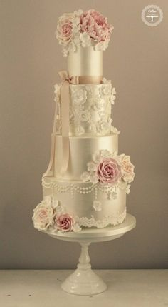 35 Chic Classy Wedding Cake Inspiration - MODwedding by janine Elegant Wedding Cakes, Elegant Cakes, Beautiful Wedding Cakes, Gorgeous Cakes, Wedding Cake Designs, Pretty Cakes, Amazing Cakes, Bolo Floral, Floral Cake