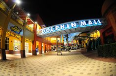 Este es el Delfín del Centro Comercial en Miami. El centro comercial tiene muchas tiendas.
