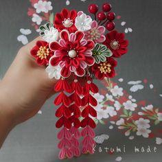 いいね!68件、コメント4件 ― Katumi_yamauchiさん(@katumi_made)のInstagramアカウント: 「#tumami #kanzashi #kanzashiflower #japanese 前回のお品が早々に嫁入りしたので、 次作は#赤い実 を入れてみた。 #簪 #つまみ細工 #成人式」