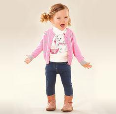 Trendy baby meisjes outfit. Schattige print shirtjes en mooie roze vest, met broekjes en laarsjes. Allemaal van het Italiaans babykleertjes merk i Do, i Do is verkrijgbaar bij www.kienk.nl kinderkleding en babykleding