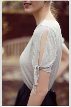 T-shirt tie sleeve.I decided on the DIY board because this is something you could do with any old t-shirt! Old Clothes, Sewing Clothes, Sewing Men, Clothes Crafts, Diy Tee Shirt, T Shirt Crafts, Shirt Dress, Diy Vetement, Do It Yourself Fashion