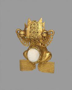 Dios indígena de la sociedad Indígena de Panamá. Frog Pendant    Date:      12th–14th century  Geography:      Panama, Azuero Peninsula, Rio Parita region  Culture:      Parita  Medium:      Gold, tooth inlay  Dimensions:      H. 2 1/2 x W. 2 x D. 1 1/8 in. (6.4 x 5.1 x 2.8 cm)  Classification:      Metal-Ornaments