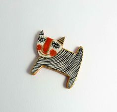 Ceramic brooch multicolored cat ELLA with gold. Broche by Tanaart