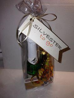 Silvester to Go  In der Geschenktüte findet man einen Piccolo Sekt, ein Tischfeuerwerk, Konfetti, einen Glückskeks, Luftschlangen, Streichhölzer und Wunderkerzen. Damit war derjenige gut für Silvester ausgestattet.