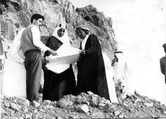 الملك فيصل أثناء تفقده مشروع طريق الهدا برفقة ( بن لادن ) منفذ المشروع