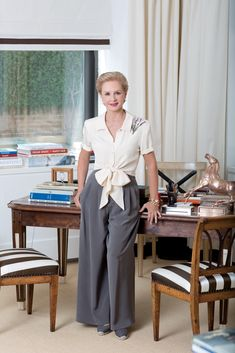 This year's recipient of the FIT Couture Council's Artistry of Fashion Award has the work-life balance down pat. Carolina Herrera's secret? Older Women Fashion, Over 50 Womens Fashion, Estilo Fashion, Look Fashion, Carolina Herera, Professional Headshots Women, Fashion Photography Poses, Celebrity Look, Classic Outfits