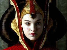Another Star Wars iconic do is the one sported by Natalie Portman in The Phantom Menace. Queen Amidala had many wigs but this is the first and most known one. Star Wars Padme, Amidala Star Wars, Queen Amidala, Film Star Wars, Theme Star Wars, Star Wars Art, Star Trek, Images Star Wars, Star Wars Pictures