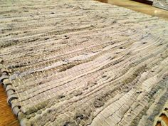 Tapete produzido a partir de resíduo de couro e urdume em algodão (1,00m x 1,40m). Pode ser usado dos dois lados. Na nossa loja virtual > R$80