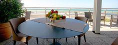 Snack è un tavolo dalla struttura in acciaio verniciato si presenta di forma quadrata o tonda, le tre gambe centrali esaltano il suo inconfondibile design. Showroom, Dining Table, Snacks, Outdoor, Furniture, Design, Home Decor, Shape, Outdoors