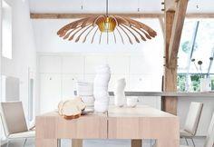 De Odesi Flower is een fraaie hanglamp gebaseerd op de schoonheid van bloemen. Het design is simpel en in balans. De vorm van uit bamboe vervaardigde lamellen is gebaseerd op meeldraden. Het hart van de bloem geeft op deze manier ruimte voor de verlichtingsbron.