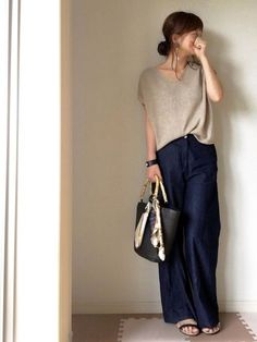 Fashion & Style Inspiration: Casual Yet Elegant - High Waist Dark Blue Denim And Beige Knitted Top.