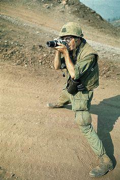 Vietnam War 1967 - War Photographer Taking Picture Vietnam History, Vietnam War Photos, Army Infantry, My War, South Vietnam, War Photography, Korean War, Vietnam Veterans, Portraits