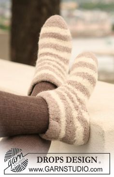 "Zebra Sock - DROPS felted slippers with stripe pattern in ""Eskimo"". - Free pattern by DROPS Design"