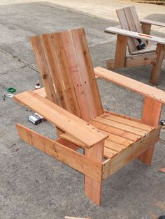 Woodworking Madera like our upcycled pallet chair but lighter. if D is up to making more chairs I think I'll suggest these.Woodworking Madera like our upcycled pallet chair but lighter. if D is up to making more chairs I think I'll suggest these Rustic Outdoor Furniture, Deck Furniture, Woodworking Furniture, Pallet Furniture, Outdoor Chairs, Furniture Projects, Woodworking Plans, Woodworking Logo, Fine Furniture