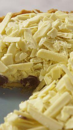 Receita com instruções em vídeo: Essa maravilhosa torta de brigadeiro branco e uvas é tudo o que você precisa ver hoje!  Ingredientes: 150g de manteiga em temperatura ambiente, ¼ xícara de açúcar, 1 ovo batido, 1 ½ xícara de farinha de trigo, 2 latas de leite condensado, 1 colher de sopa de manteiga, 200g de creme de leite, 2 xícaras de uva sem semente, 200g de chocolate branco picado