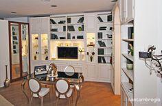 Soggiorno  con scaffalature a parete in legno sbiancato #design