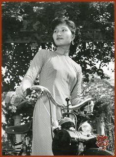 Vietnamienne avec un velosolex 45 Vietnam Ho Chi Minh, Saigon Vietnam, South Vietnam, Vietnam War, Vietnamese Clothing, Vietnamese Dress, Laos, Lotus 7, Miss Saigon