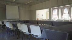 Willa Härkälä toimii tarvittaessa myös isompana kokoustilana. Conference Room, Table, Furniture, Home Decor, Decoration Home, Room Decor, Meeting Rooms, Tables, Home Furnishings