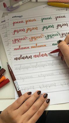 Arkusze Tematyczne - Jesień + Halloween Masz podstawy Brush Letteringu za sobą jednak brakuje Ci ćwiczeń ręki? Chcesz podszlifować swoje umiejętności? Te wzorniki będą idealne dla Ciebie by poćwiczyć pisanie i nauczyć się wykorzystywać Brush Lettering w praktyce. Przygotowałam 25 stron arkuszy, w których jest 70 słów jesienno-halloween'owych. Każde ze słów napisane jest w trzech różnych stylach Brush Letteringowych: - basic - bounce - flourish czyli w środku znajdziesz aż 210 wyrazów do prze