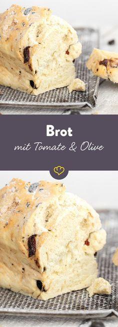 Außen knusprig, innen fluffig und dank eingelegter Tomaten und würziger Oliven soooo lecker - das selbstgemachte Brot schmeckt einfach köstlich.