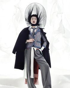 예복을 입을 때 늘어뜨리는 장식으로 사용한 십이장복의 후수는 김혜순한복(Kim Hye Soon Hanbok), 흰색 와이셔츠, 회색 넥타이, 컬러풀한 짜임의트위드 재킷은 모두 톰 브라운(Thom Browne),