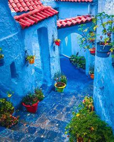 Welcome to Chefchaouen, the blue pearl 🇲🇦😍😊❤. Boho Chic Interior, Bohemian Bedroom Design, Bohemian Decor, Backyard Renovations, Blue City, World Of Color, Casablanca, Colour Schemes, Marrakech