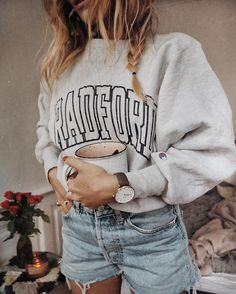 40 Of The Best Summer Outfits To Copy Right Now Casual Fashion Trends Collection. Love this outfit. The Best of casual outfits in Oversized Shirt Outfit, Sweatshirt Outfit, Casual Outfits, Summer Outfits, Cute Outfits, Work Outfits, Lazy Outfits, Look Fashion, Fashion Outfits