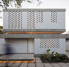 Image 1 of 18 from gallery of House Viejo III / Max-A Arquitectura + Arquitectura del Paisaje. Photograph by Nico Saieh Modern Pool House, Modern Pools, Mobile Home Bathrooms, Roof Shapes, Kitchen Cabinet Remodel, Kitchen Cabinets, Concrete Houses, Brick Tiles, Country Farmhouse Decor