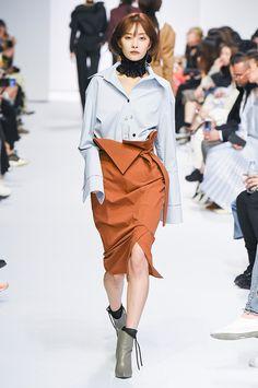 The complete Nohke Seoul Fall 2017 fashion show now on Vogue Runway. Fashion Week 2018, Fashion 2017, Runway Fashion, High Fashion, Fashion Photo, Bikini Fashion, Skirt Fashion, Fashion Outfits, Ankara Fashion