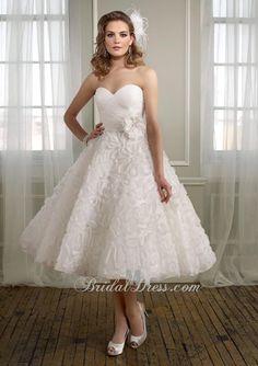 Tea length, organza, sweetheart neckline. (((((((( love simple wedding dress ))))))))