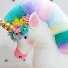 Mais uma encomenda pronta, Unicórnio em feltro - 20cm altura da cabeça até as patas da frente, 16cm comprimento do peito até o bumbum e 13cm de altura das costas até os pés #unicorn #unicornio #unicórnio #feltro #feitoamao #feitoamão #trabalhomanual #artesanato Mermaid Crafts, Unicorn Crafts, Unicorn Birthday Parties, Unicorn Party, Sewing Toys, Sewing Crafts, Felt Crafts, Diy And Crafts, Unicorn Pillow
