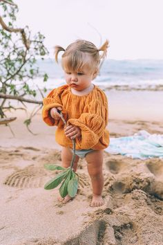 Baby clothes should be selected according to what? How to wash baby clothes? What should be considered when choosing baby clothes in shopping? Baby clothes should be selected according to … So Cute Baby, Baby Kind, Cute Babies, Beach Babies, Girl Beach, Baby Beach, Fashion Kids, Baby Girl Fashion, Toddler Fashion