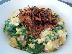 Lentilles, épinards, seitan et riz avec oignons caramélisés.