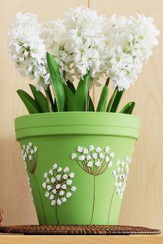 maceta decorada con flores blancas