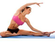 Cet exercice de yoga minceur fait tout travailler : bras, ventre, jambes, fesses pour un corps affiné et élancé. Et une belle allure ! Muriel Gaudin avec...