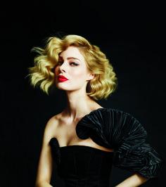 Новое прочтение классического образа: светлые волосы, красная помада и черное…