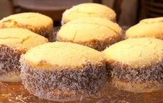 Alfajores tipico argentinos de maizena con dulce de leche y coco por fuera... Brunch, Coco, Muffin, Breakfast, Sweet, Sweet Treats, Homemade Pop Tarts, Good Coffee, Dulce De Leche
