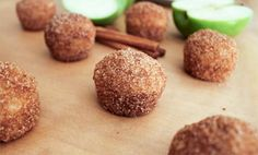 These cinnamon-sugar coated baked doughnut holes are perfectly sweet with a cake-like texture and they couldn't be easier to make! Baked Doughnut Holes, Baked Doughnuts, Donut Holes, Donuts, Yummy Treats, Delicious Desserts, Sweet Treats, Dessert Healthy, Vegan Desserts