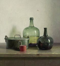 Henk Helmantel    Bute met 2 flessen en rood doosje    olieverf op paneel    90 x 82 cm, 1990