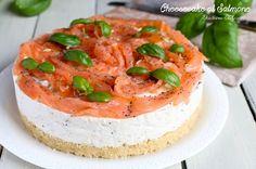 Delicato, cremoso ed irresistibile, questo Cheesecake salato al Salmone e semi di papavero è assolutamente da provare. Facile da preparare.